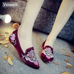 Image 1 - Veowalk/женские весенние балетки ручной работы с красивой вышивкой в народном стиле; Удобная обувь из мягкой парусины для женщин; Туфли на плоской подошве в стиле старого Пекина