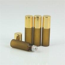 50 ピース 5 ミリリットルミニ砂アンバーガラスエッセンシャルオイルボトルゴールド蓋 Rollon サンプルバイアル化粧品容器エッセンシャルオイル