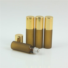 50 adet 5 ml Mini Kum Amber Cam uçucu yağ Şişeleri Altın Kapaklı Rollon Örnek Şişeleri Kozmetik Konteyner uçucu yağ