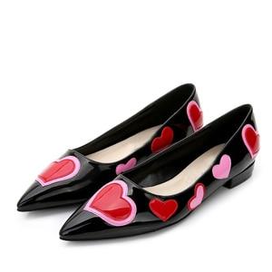 Image 5 - Carollabelly לב ורוד נעלי נשים ססגוני משאבות הבוהן מחודדת מתוקה גבוהה עקבים למשוך על די חתונה נעליים