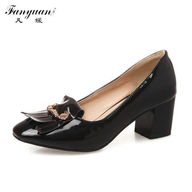 2017 Hot Sale Mulheres Primavera Bombas de Couro Estudante Sapatos Oxford Patente Brilhante Sexy de Metal Borla Decoração Med de Salto Alto Grosso