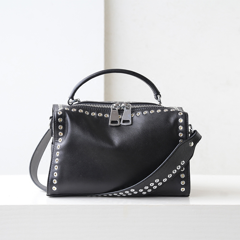 Здесь продается  Fashion Genuine Leather Wide Shoulder Straps Rivet Messenger Bags Crossbody Bag Luxury Handbags Women Bags Flap Black New 2018  Камера и Сумки