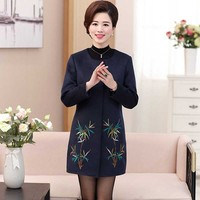 The Spring And Autumn Period And The Long Sleeve Long Coat In Middle Aged Women S