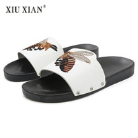 2018 Summer New Embroider Bee Totem Lovers Slippers Fashion Lady Outside Beach Flip Flops Waterproof Home