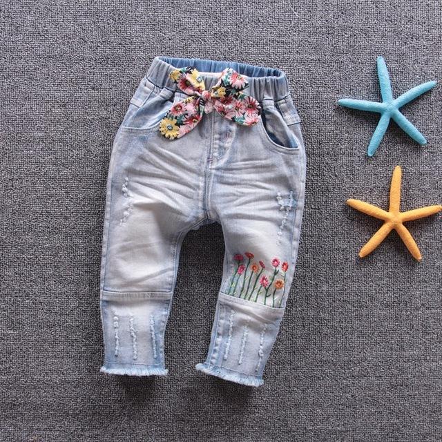 O envio gratuito de 2017 primavera outono bebê menina linda flores arco laço jeans calças jeans de algodão