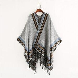 Image 3 - Mingjiebihuo nowa europejska i modna w stylu amerykańskim geometryczna imitacja koloru wygodny temperament ciepłe ponczo szalik