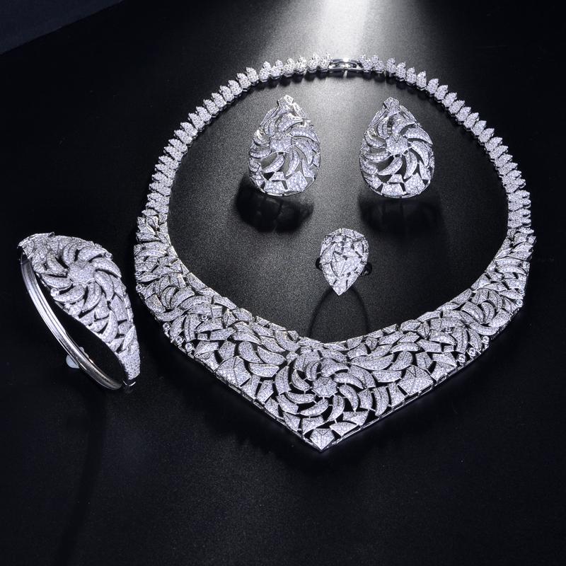 Комплект ювелирных изделий из колье и серёг в африканском стиле