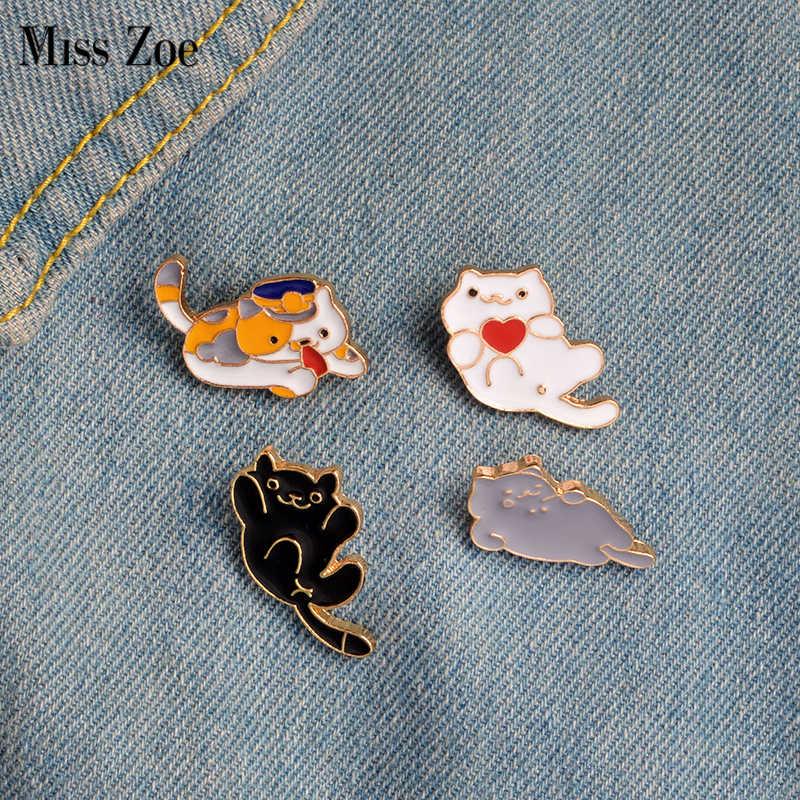 Fräulein Zoe 4 teile/satz Drei Felinae Schwarz Weiß Grau Faul Katzen Brosche Taste Pins Denim Jacke Pin Abzeichen Cartoon Tier schmuck Geschenk