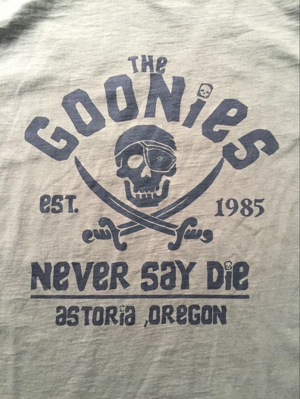 Les Goonies Never Say Die ASTORIA Oregon Pirate Drapeau T Shirt Hommes USA Taille S-3XL