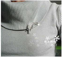 Wholsale Sederhana Halus Kristal Bros Perak Berwarna Bulu Bentuk Bros pin Indah Pakaian Sweater Aksesoris
