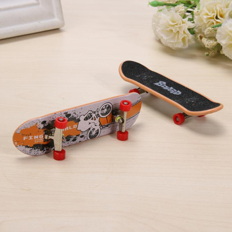 2pcs/lot Fashion Mini Finger Skating Board Table Game Toy Alloy Skateboard Novelty Kids Toys Children Gifts for Boys