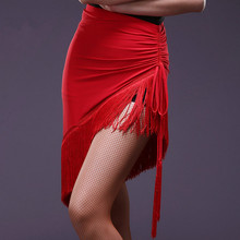 Mới Không Đều màu đỏ và đen Tua Rua sexy Nhảy Latin váy nữ thực hành hiệu suất mặc nửa váy nhảy Latin trang phục