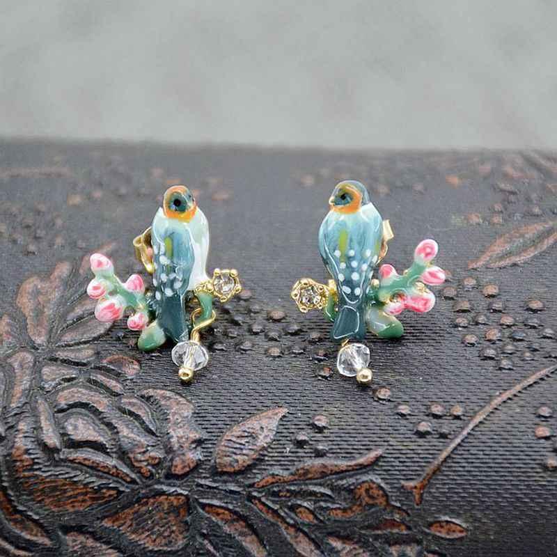 Miedziane odlewy emaliowane, ptaki, różowe kwiaty wiśni, srebrne kolczyki na wtyk.