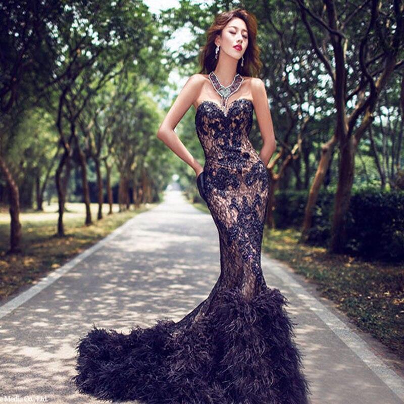 Черное платье с голубыми перьями