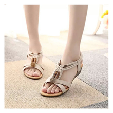 купить 2018 Women Sandals Summer Fashion White Beach Shoes Flat Heel Flip Gladiator Flip-flop Sandals Women's Shoes по цене 1429.48 рублей