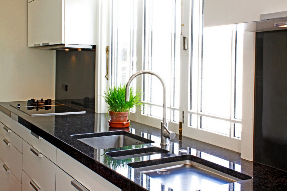 Gabinetes moderno de cocina en madera y vidrio for Muebles de cocina de madera modernos