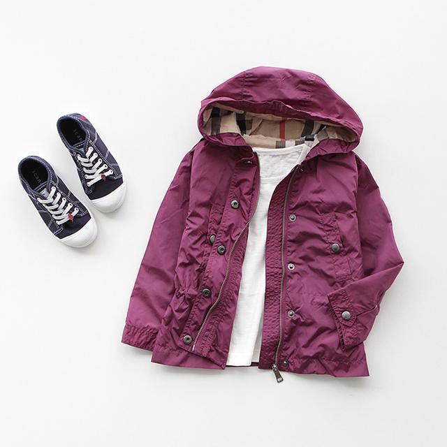 Chaqueta de las muchachas 2016 niños del otoño ropa chaqueta de trinchera niño de dos colores diseño corto de vestir exteriores de los niños con una capucha zanja