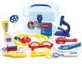 Dom conjunto com as crianças desempenham papéis de médicos de medicina conjunto de brinquedos