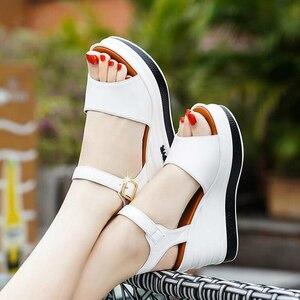 Image 3 - Yüksek kaliteli yaz ayakkabı kadın sandalet deri yüksek topuk kama kadın sandalet sünger kek açık ayak kalın kadın ayakkabı w206