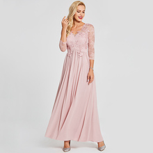 فستان سهرة طويل بأكمام شفافة ومزين بتطريز من الجوبير على الصدر