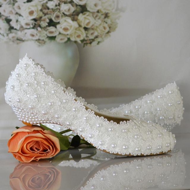 Flores branco pérola sapatos de noiva sapatos de salto baixo dedo do pé redondo moda sapatos cunhas das mulheres sapatos de festa frete grátis