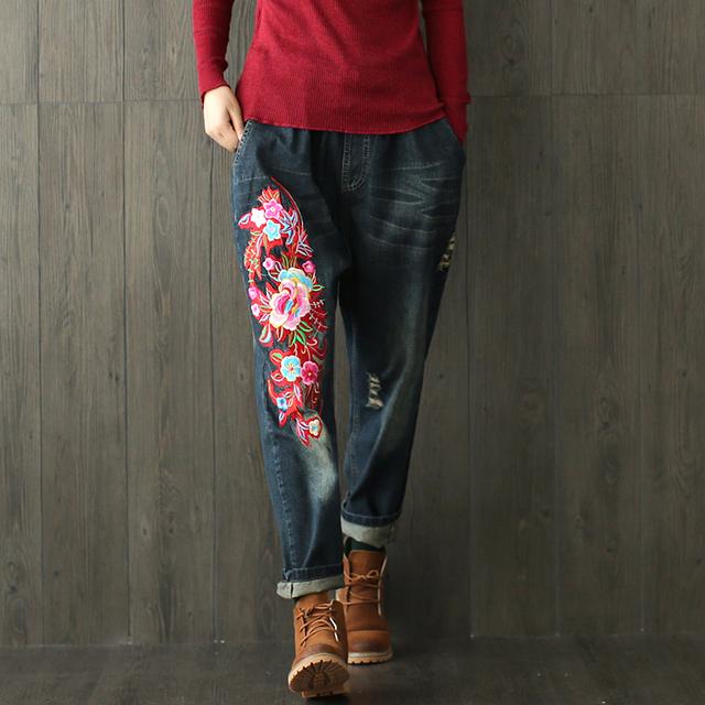Mulheres Branqueada Buracos Flores Bordadas Jeans Ladies Elastic Cintura Solta Denim Calças Jeans Rasgado Riscado Calças Transversais