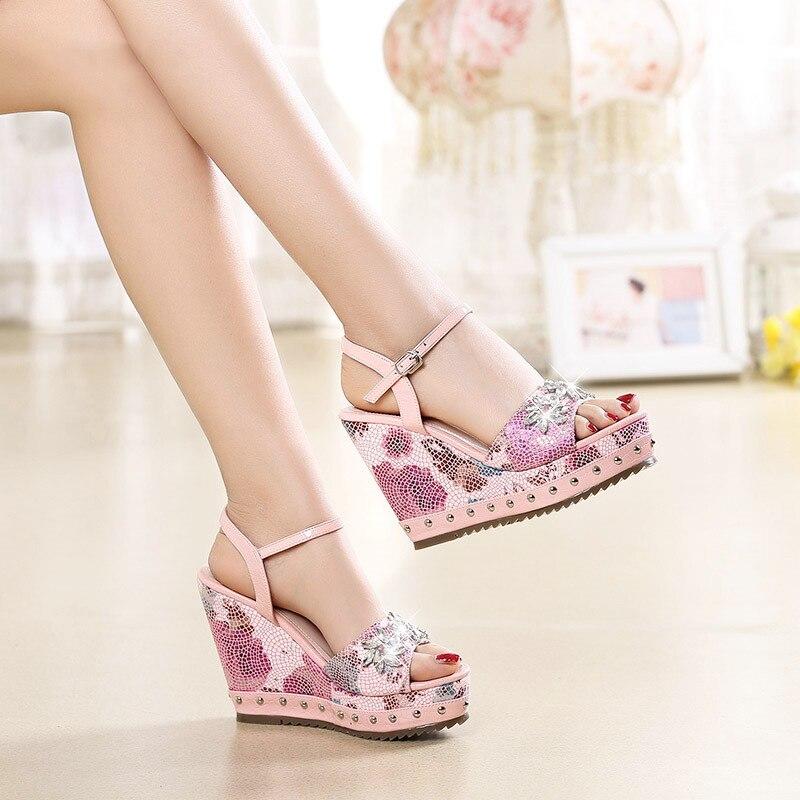 2018 новые женские Летние босоножки продажи печати со стразами модные на высоком каблуке Босоножки на танкетке маленькие ботинки женские роз...