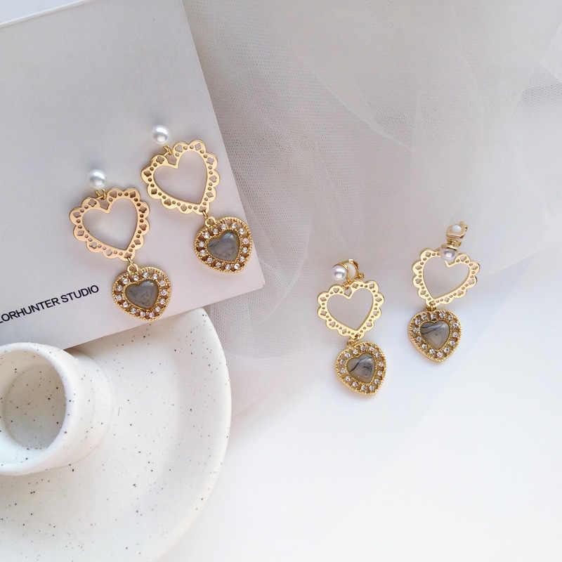 エレガントな金属トーテム中空アウトハートクリップイヤリングなしピアス真珠のハート形のクリップイヤリングなしピアス用の穴女性