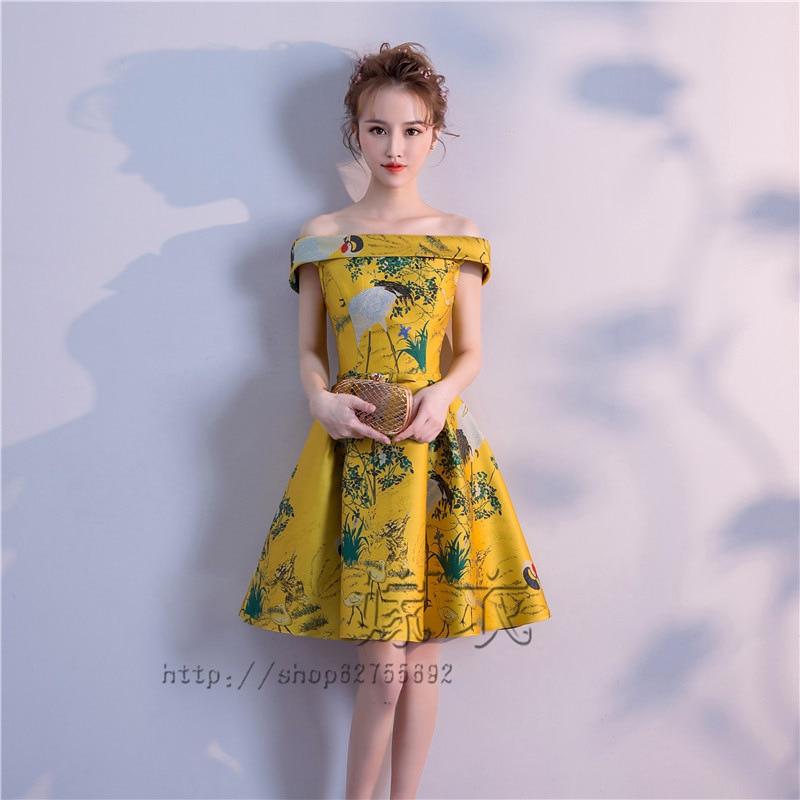 La nouvelle robe 2018 est une courte robe chinoise à une épaule pour la fête des étudiants