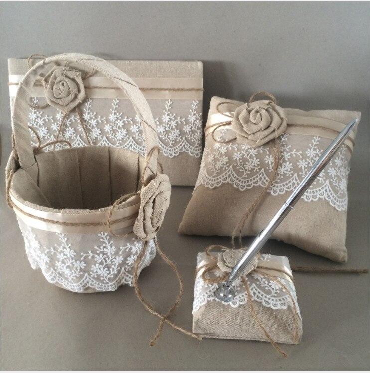 Rustique mariage fleur fille panier + livre d'invité + stylo ensemble + anneau oreiller toile de jute Hessian ensemble avec dentelle pétales ruban nœud décoration