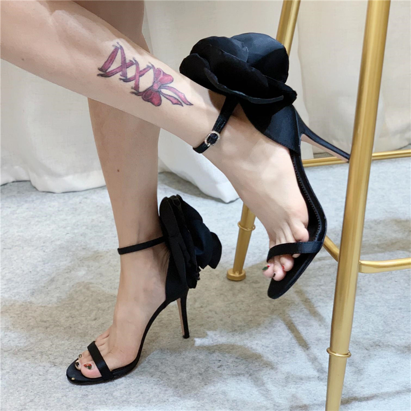 Ręcznie piwonia kwiat wystrój Sandały gladiatorki kobiety jeden pasek szpilki Open Toe luksusowe Satin nowe letnie buty ślubne kobieta w Wysokie obcasy od Buty na  Grupa 2