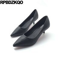2017 mujeres Zapatos serpiente delgada trabajo medio europeo barato Bombas señoras Tacones altos gatito punta estrecha negro nueva moda de oficina