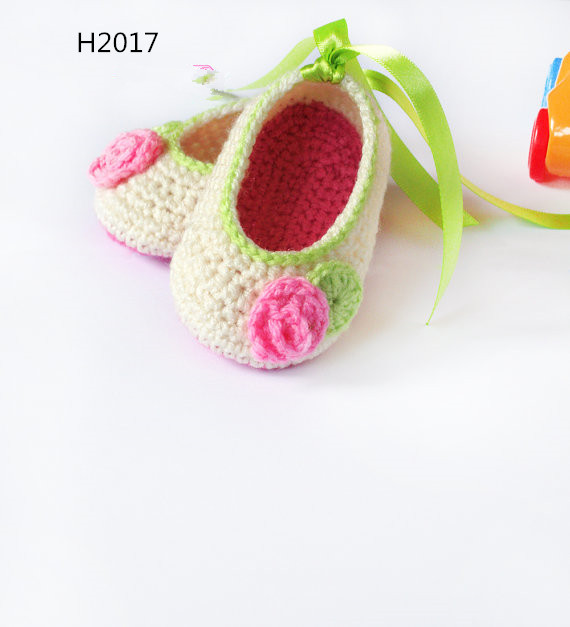 Hvid hæklet baby pige sko, med tilhænger og bånd, farve kan acceptere behovet.