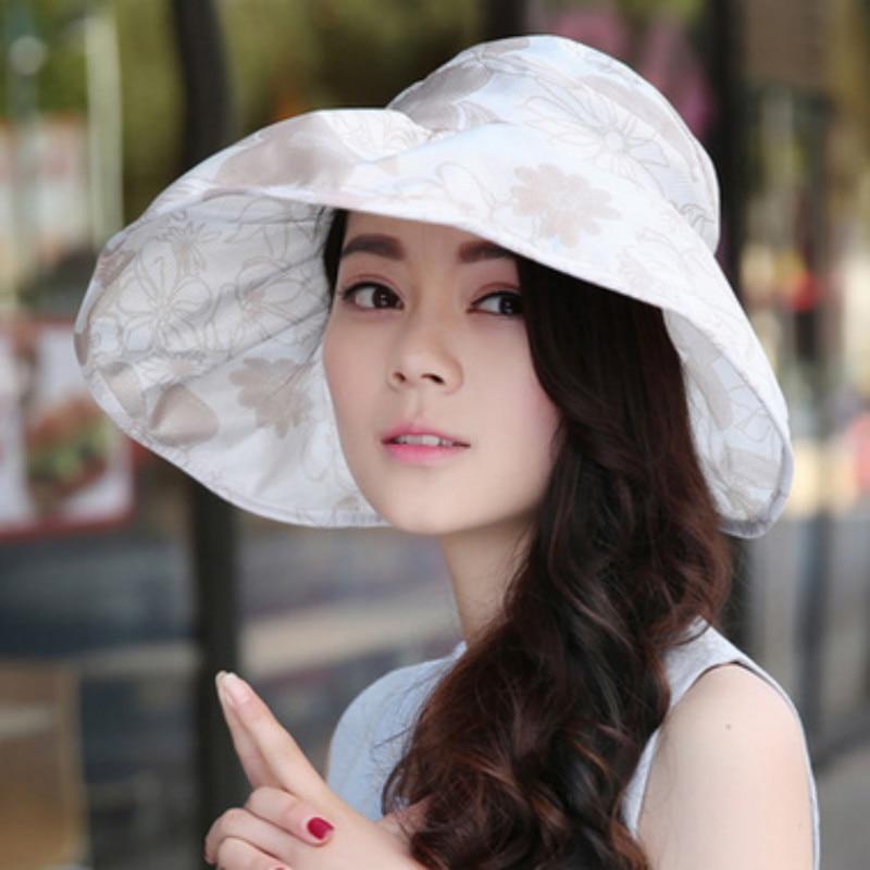 девушка сидит на унитазе с шляпой сомбреро фото