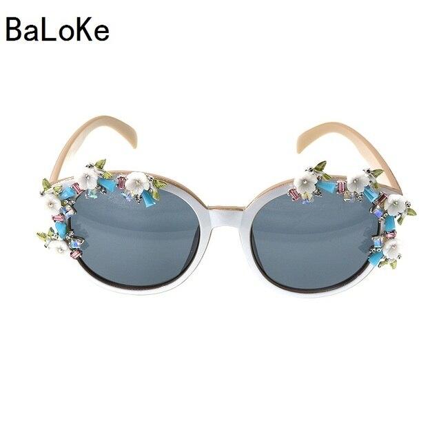 a5b4ac25ece5f 2018 Estilo Europeu Marca Designer Elegante Barroco Retro Mulheres Óculos  De Sol Quadrado Quadro Branco Flores