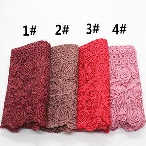 Image 2 - Di alta qualità di stampa del fiore del merletto di modo sciarpa morbida viscosa di cotone della Sciarpa dello scialle Musulmano hijab sciarpa indipendenza imballaggio 10 pz/lotto