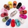 Стильные детские мокасины новорожденных девочек детская обувь искусственная кожа кисточкой Scarpe Neonata hook and loop открытый обувь жесткий резиновый дно