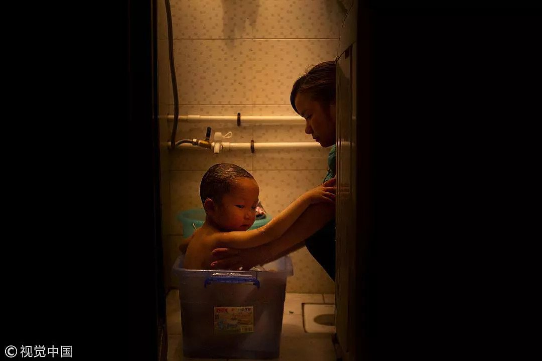 2015年5月7日,湖南常德一名女教师在出租屋内给身患白血病的儿子洗澡,巨额的医药费令她濒临绝境/视觉中国