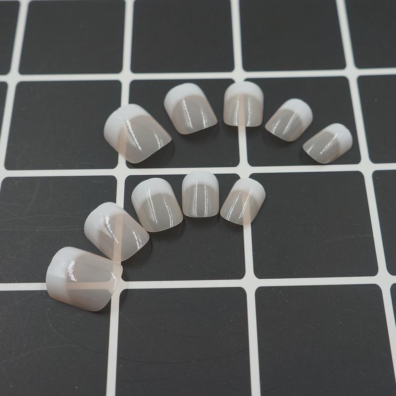 Ranskalainen manikyyri Fake Nails koristeltu väärät kynnet - Kynsitaide - Valokuva 2