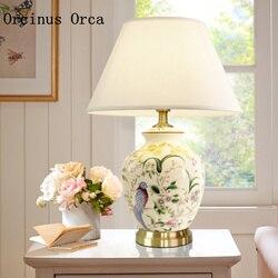 Wysokiej klasy wykonane na zamówienie w stylu amerykańskim malowane ceramiczne lampy biurko lampka nocna do sypialni najnowszy kwiat ptak dekoracyjne lampy biurko