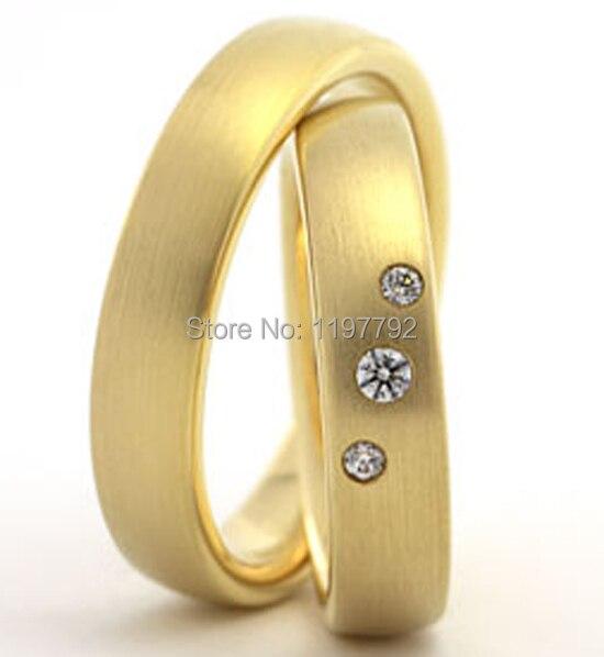 Top qualité fait sur commande couleur or jaune santé titane acier anneaux de mariage ensembles pour lui et elle