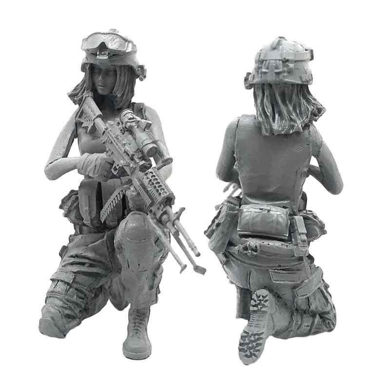 1:35 Scale Model Resin Model Figures Kit 3D Modern Female soldier Squat  Down DIY Model Handguns Military Equipment with Toy Gun
