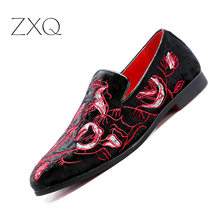 цена Chaussures Men Embroidery Loafers Stylish Smoking Slipper Shoes Elegant Men Party Dress Flats Flowers Painted Casual Shoes онлайн в 2017 году