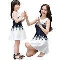 Vestidos de verano 2017 nueva madre hija mamá y yo ropa family look mujeres blanco vestido sin mangas azul vestido de niña de las flores