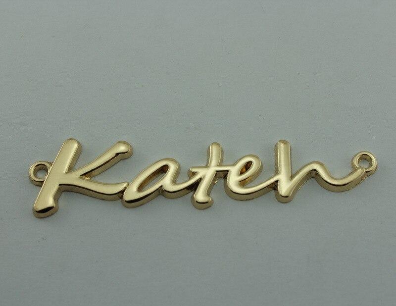 Étiquettes en métal de lettres anglaises adaptées aux besoins du client (100 pcs/pack), étiquette de vêtement d'électrodéposition d'or avec le logo de marque