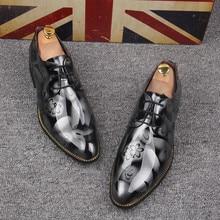 2017 Новая Мода Итальянский дизайнер формальные мужские туфли Лакированной Кожи Острым Носом Печати Шнуровке Бизнес Свадьба Оксфорд обувь