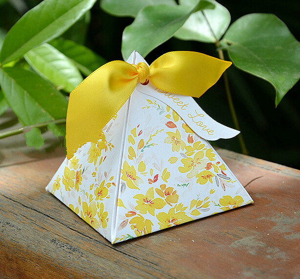 50pcs Charming Yellow Watercolor Flower Candy Bo Wedding Favors Beautiful Two Sided Print Triangular Chocolate Gift