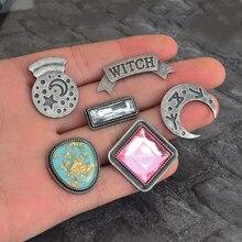QIHE QH-GIOIELLI Strega sfera di cristallo di luna Dello Smalto pin spilla Bottoni Distintivi E Simboli Donna spille Witch Wizard Regalo Gioielli per lei