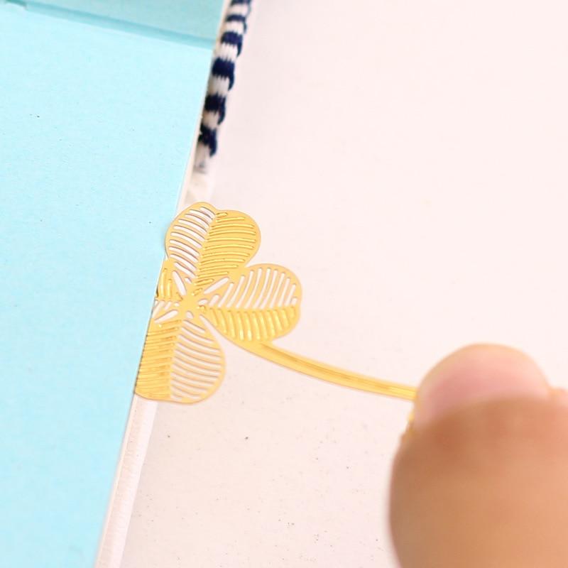 Купить с кэшбэком 80 pcs/Lot Lucky metal clover  bookmark Vintage Gold Lotus Maple bookmark Office supply marcapaginas papeleria FC834