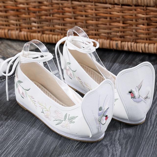 Primavera Elegante Sapatos Mulheres Sapatos Bordados Chineses Hanfu Fora de Tecido de Algodão Branco com Tira No Tornozelo Aumento Interno Bombas Yun Jin